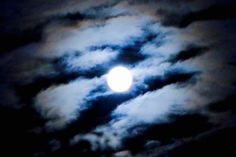 pleine lune à travers les nuages
