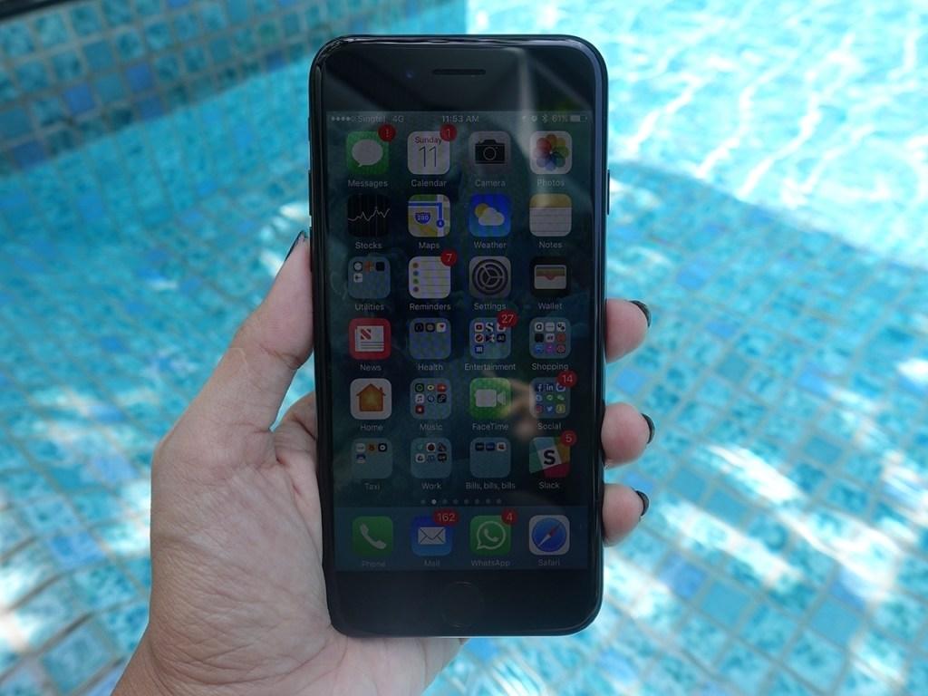 apple iphone 7 display outdoors