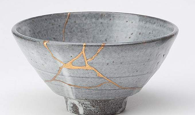 Kintsugi: fix broken pottery with gold
