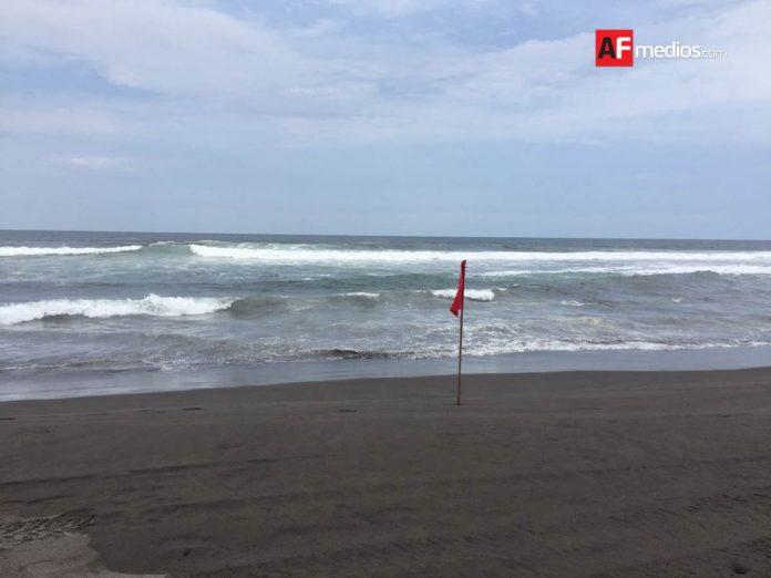 playa cuyutlan 5 696x522 - Rescatan a 3 turistas a punto de ahogarse en playa Cuyutlán, Armería