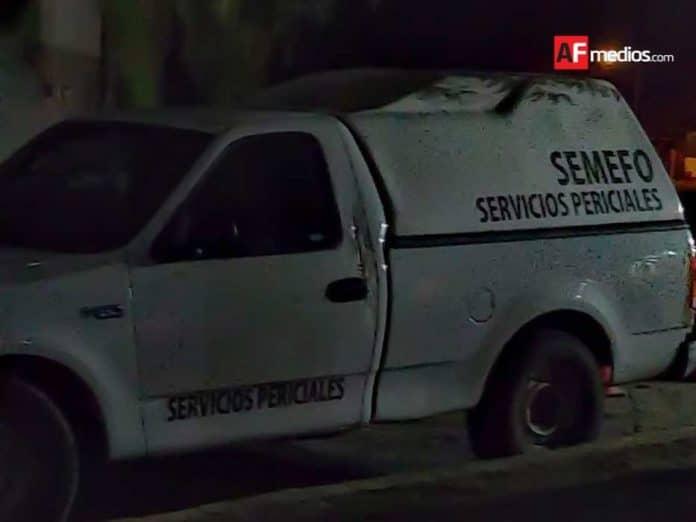 semefo noche manzanillo camioneta 1 696x522 - Encuentran cadáver de hombre en Armería