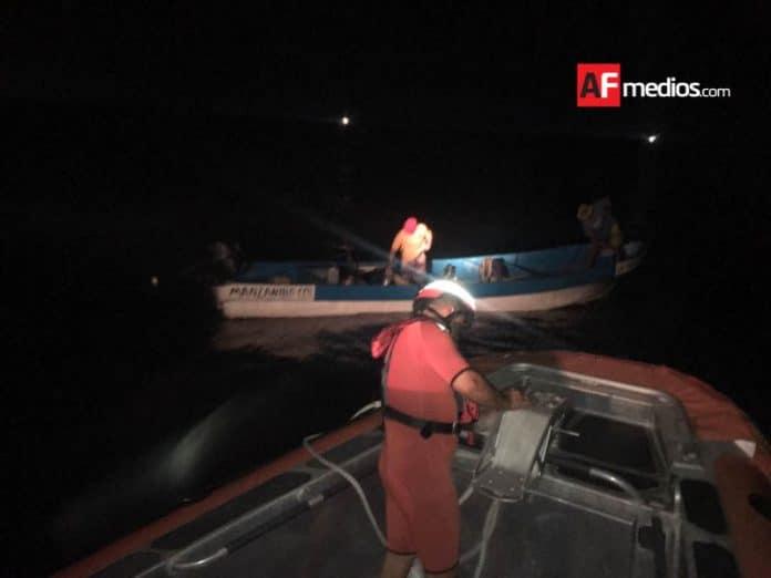 AFmedios Semar rescata pescadores y embarcación en Manzanillo 3 696x522 - Semar rescató embarcación con dos pescadores en Manzanillo