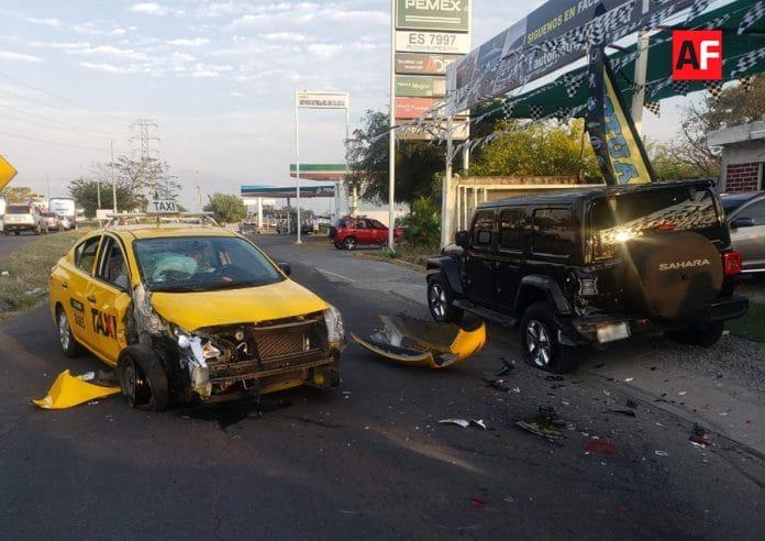 taxiestacionado09 696x492 - Taxi se estrella contra vehículo estacionado en 'Tercer Anillo'; no hay lesionados - #Noticias
