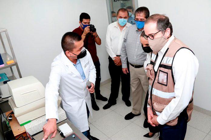 gobernadorlabucol 696x464 - Conocen gobernador y secretaria de Salud laboratorio de la UdeC para detectar COVID-19