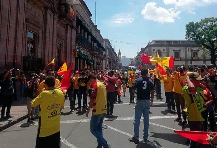 marcha morelia 696x476 - Aficionados de Monarcas se manifiestan por supuesta desaparición del equipo