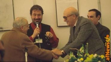 La storica stretta di mano tra GB Carpi e Will Eisner - sullo sfondo Gianfranco Goria e Luca Boschi. foto Goria.