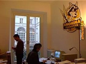 Una delle tante stanze della vecchia sede Anonima Fumetti. Alla parete la sagoma in legno col logo dell'associazione, rubata svariati anni più tardi (l'hai mica vista da qualche parte?).