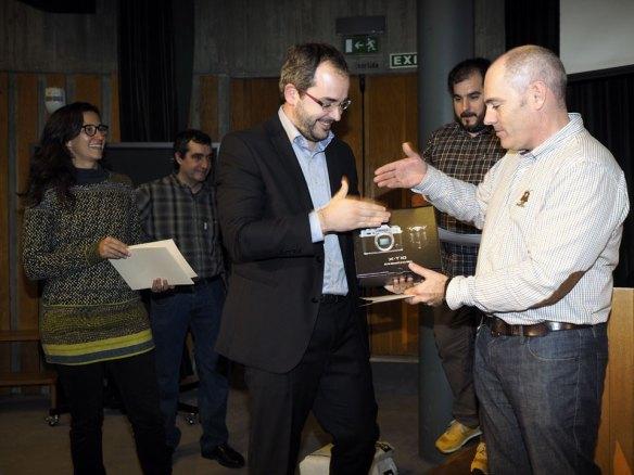Carlos-de-FotoRuano-haciendo-entrega-del-premio-a-paisaje