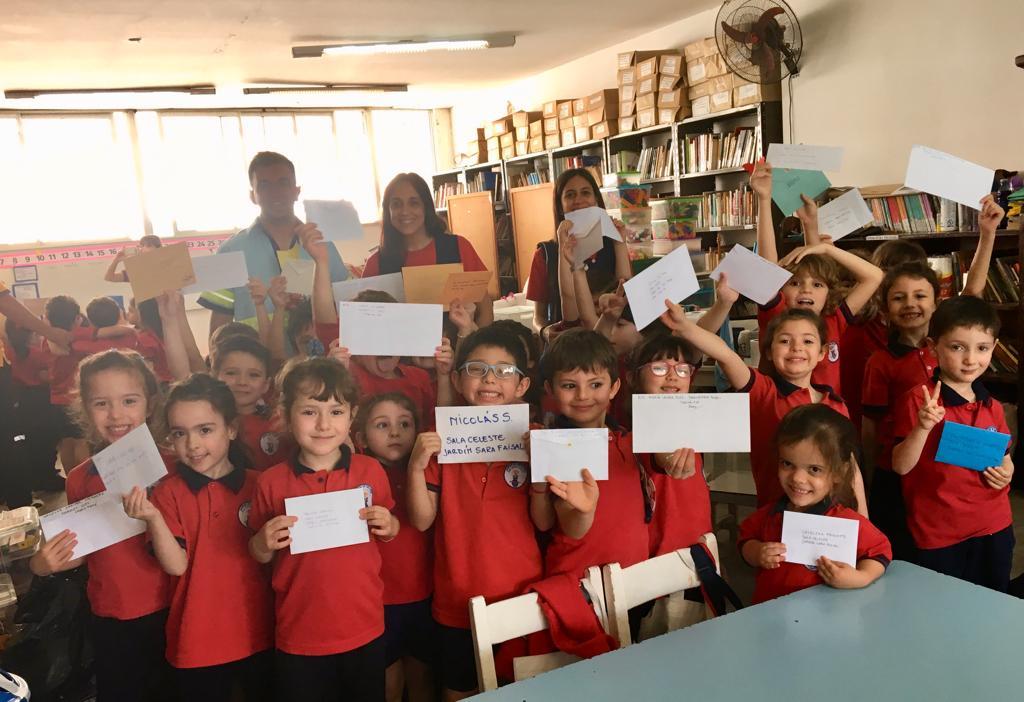 Los alumnos de sala de 5 Años recibieron las cartas de familiares