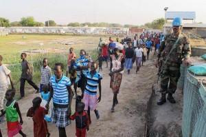 profughi davanti UN