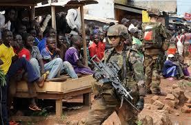 soldato francese al mercato