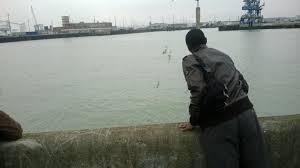 Migrante guarda il porto