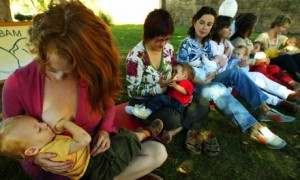 Mothers-breastfeed-their--006
