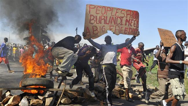 Manifestanti e cartellone