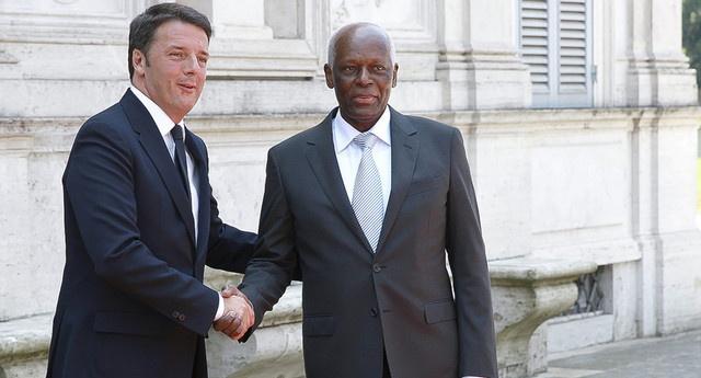 Matteo Renzi con il dittatore Dos Santos. L'Italia ha venduto all'Angola partite di armi che hanno permesso al regime di intensificare la repressione contro i dissidenti. L'Eni ha ingenti interessi nell'ex colonia portoghese