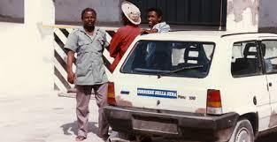 Ali il fedele autista di Massimo Alberizzi con vicino la Panda noleggiata a Mogadiscio
