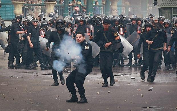 Agenti di polizia sparano lacrimogeni contro i dimostranti