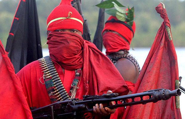 I miliziani del Red Egbesu Water Lions si mascherano con abbigliamento rosso. Foto EPA