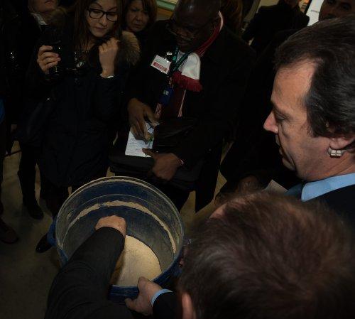 Ing. Pierpaolo Dell'Omo mostra alla stampa la farina appena estratta con la tecnologia Hyst