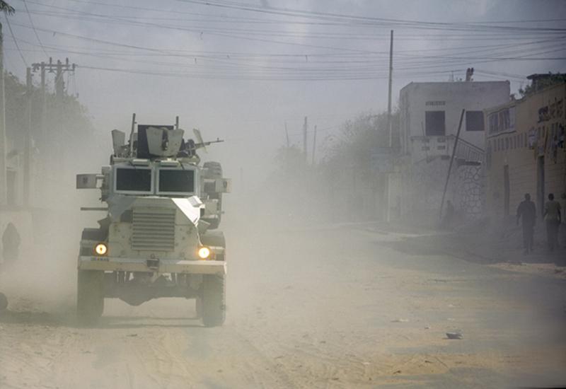 Un blindato dell'Amisom in perlustrazione a Mogadiscio