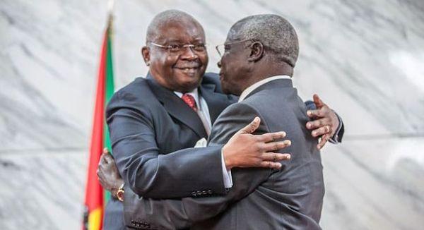 Da sinistra: l'ex presidente mozambicano Armando Guebuza e il leader Renamo Afonso Dhlakama, dopo la firma degli accordi di pace