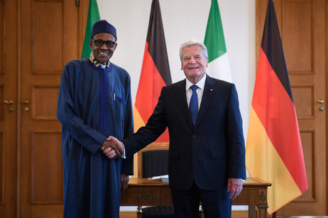 Muhammadu Buhari, presidente della Nigeria a sinistra con Joachim Gauck, presidente della Repubblica federale tedesca