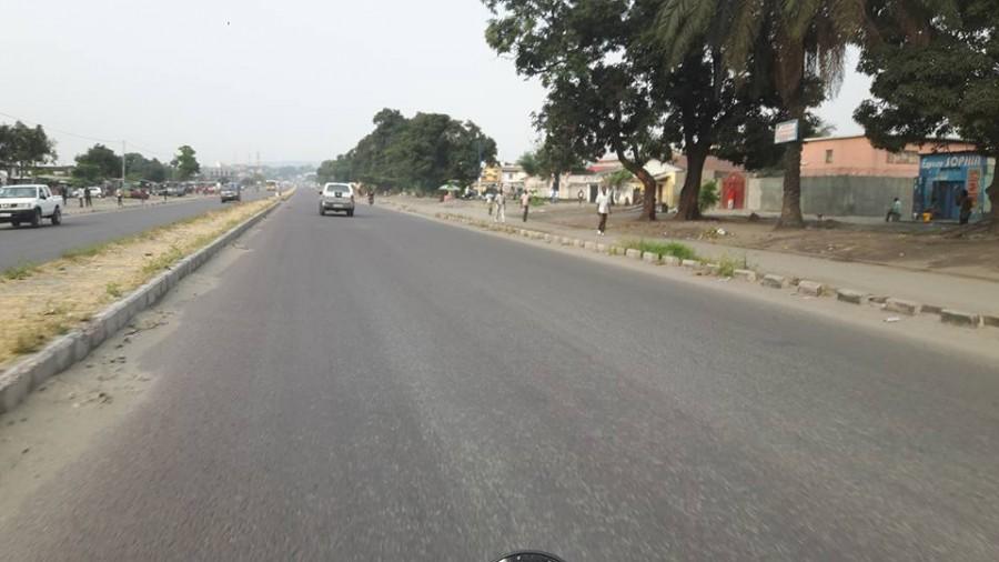 Una strada di Kinshasa completamente deserta