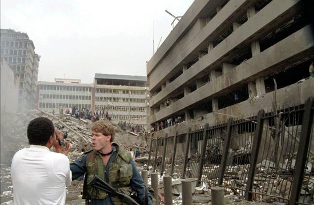 Un soldato americano di guardia all'ambasciata poche ore dopo la violenta esplosione del 7 agosto 1998 in cui la legazione fu distrutta (AP Photo/Sayyid Azim)