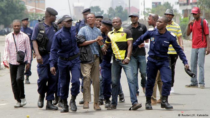 Manifestanti arrestati dalle forze dell'ordine a Kinshasa