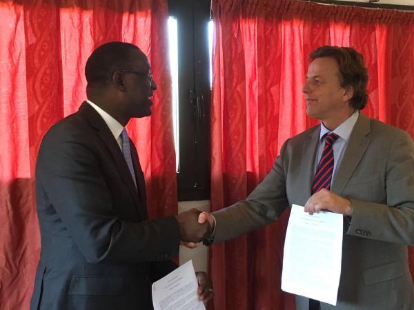 Abdoulaye Diop, Ministro della diplomazia maliana, a sinistra, e Bert Koenders, ministro degli affari esteri olandese
