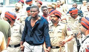 giovane congolese viene arrestato dalla polizia indiana