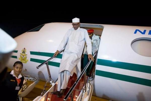 Muhammadu Buhari, presidente della Nigeria, scende dalla scaletta dell'aereo che l'ha riportato a Kaduna
