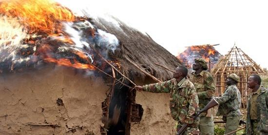 Agenti di polizia e del Kenya Wildlife Service distruggono un villaggio Ogiek nel Mau Forest