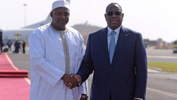 Adama Barrow, presidente del Gambia a sinistra, e Macky Sall, presidente del Senegal, a destra