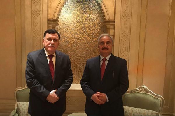 Fayez al-Sarraj a sinistra, a destra, invece, Khalifa Haftar