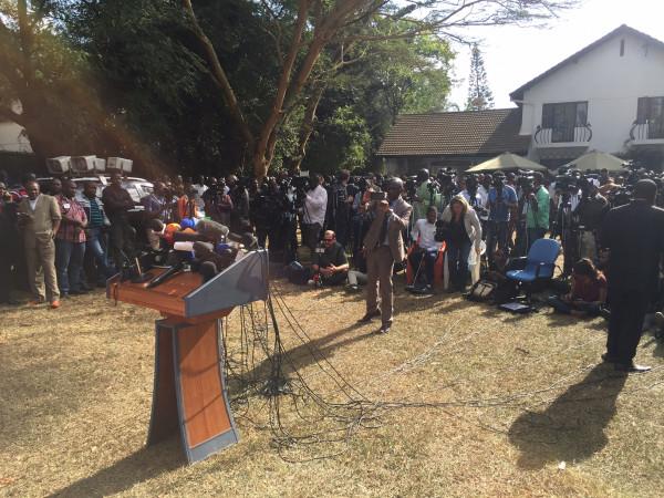 I giornalisti assiepati attorno al palco dove tra pochi minuti parlerà Raila Odinga