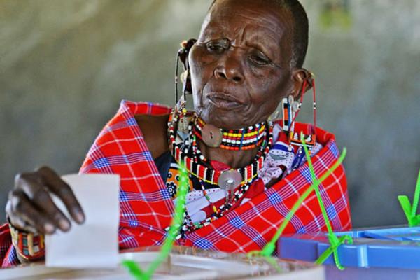 Una signora masai depone la sua scheda nell'urna elettorale (AFP)