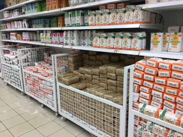 Gli scaffali di un supermercato carichi di ugali