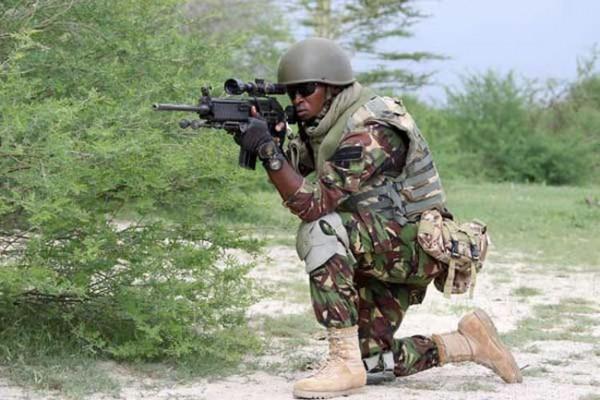 Soldato keniota in azione in Somalia
