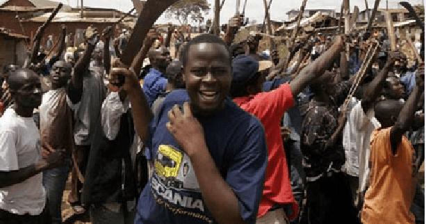 Uno dei gruppi Mungiki ricomparsi nello slum di Mathare nei giorni scorsi
