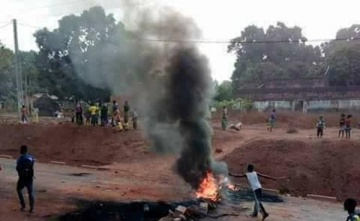 Giovani durante la manifestazione a Boké