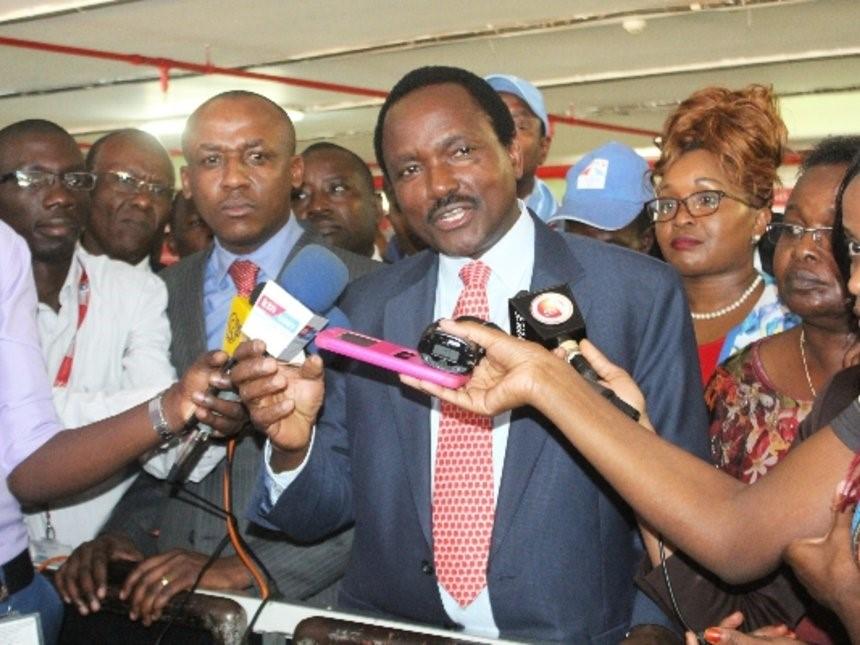 Kalonzo Musioka all'aeroporto di Nairobi subito dopo il fermo di polizia