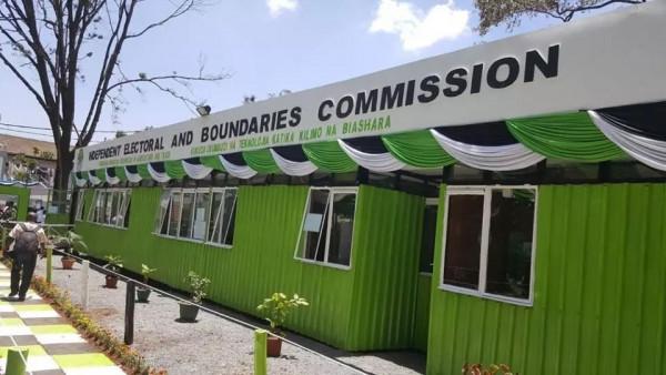 Una delle installazioni della Commissione Elettorale attaccata dai dimostranti