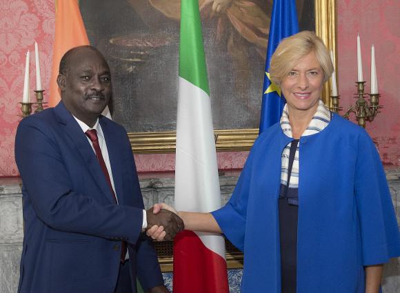 Roberta Pinotti, nostro ministro alla Difesa con il suo omologo nigerino Kalla Moutari