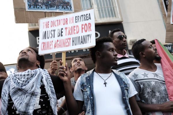 Migranti eritrei protestano di fronte all'ambasciata dell'Unione Europea a Ramat Gan, vicino Tel Aviv, per chiedere di processare la leadership eritrea per crimini contro l'umanità credito foto Tomer Neuberg/Flash90