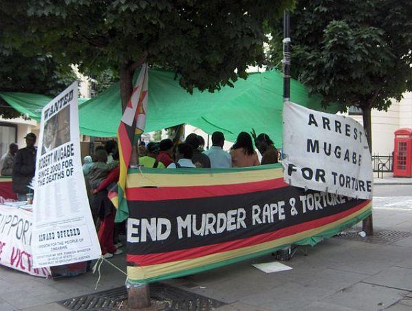 Manifestazione contro Mugabe a Londra