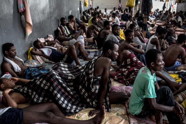 Migranti nei centri di detenzione in Libia