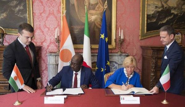 Roberta Pinotti, ministro della Difesa e il suo omologo nigerino Kalla Moutari