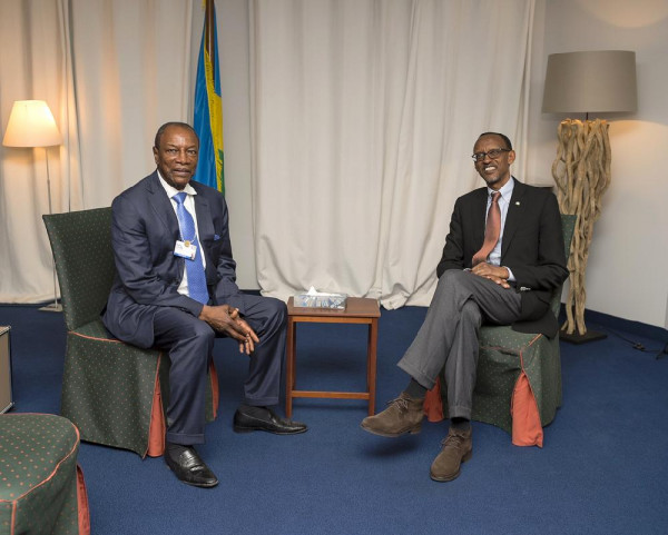 Alpha Condé, presidente della Guinea e a sinistra e Paul Kagame, presidente del Ruanda e nuovo leader dell'UA a destra