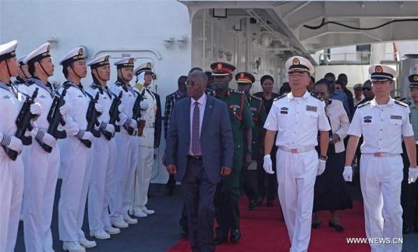 Il presidente tanzaniano Johon Magufuli, in visita a una nave ospedale della Marina Militare cinese